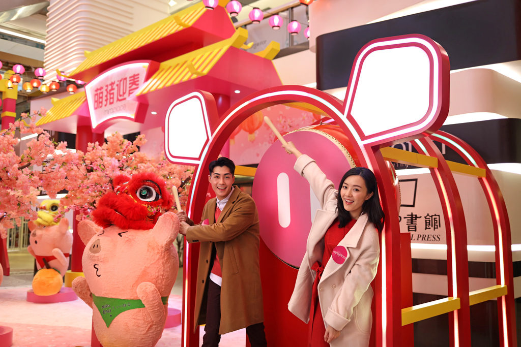 Mira Place 萌豬迎春 「萌豬太鼓」在 Mira Place 美麗華商場隨時恭候,讓大家可以一邊打卡,一邊敲出好運。