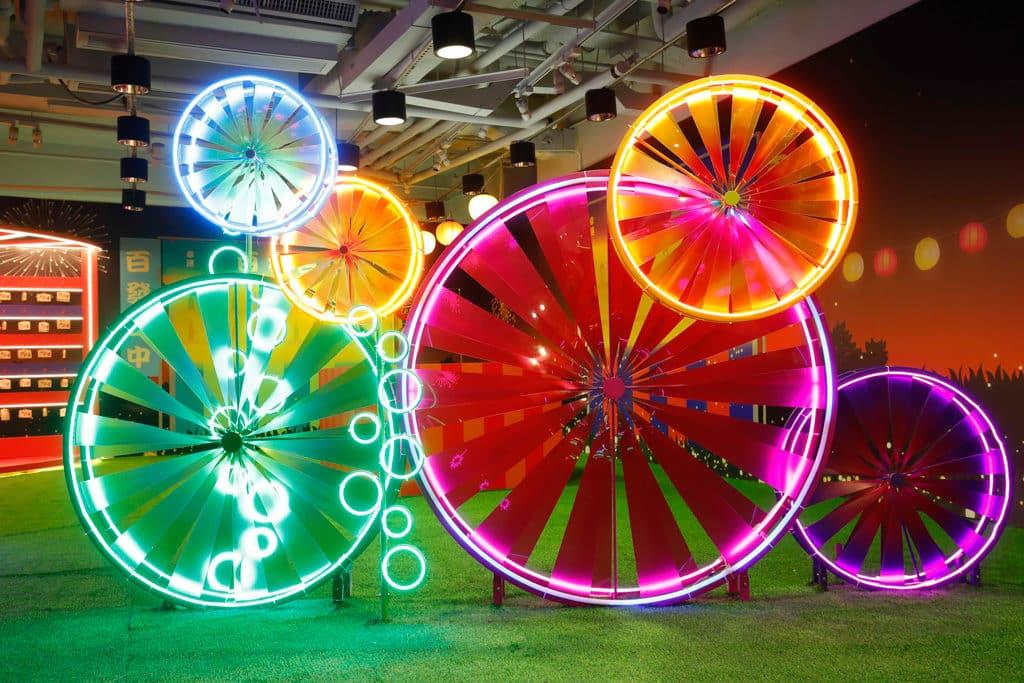 MOKO:新春光影日本風車祭 幸運風車區:以充滿節慶氣氛的桃紅及鮮黃鮮綠色為主調。