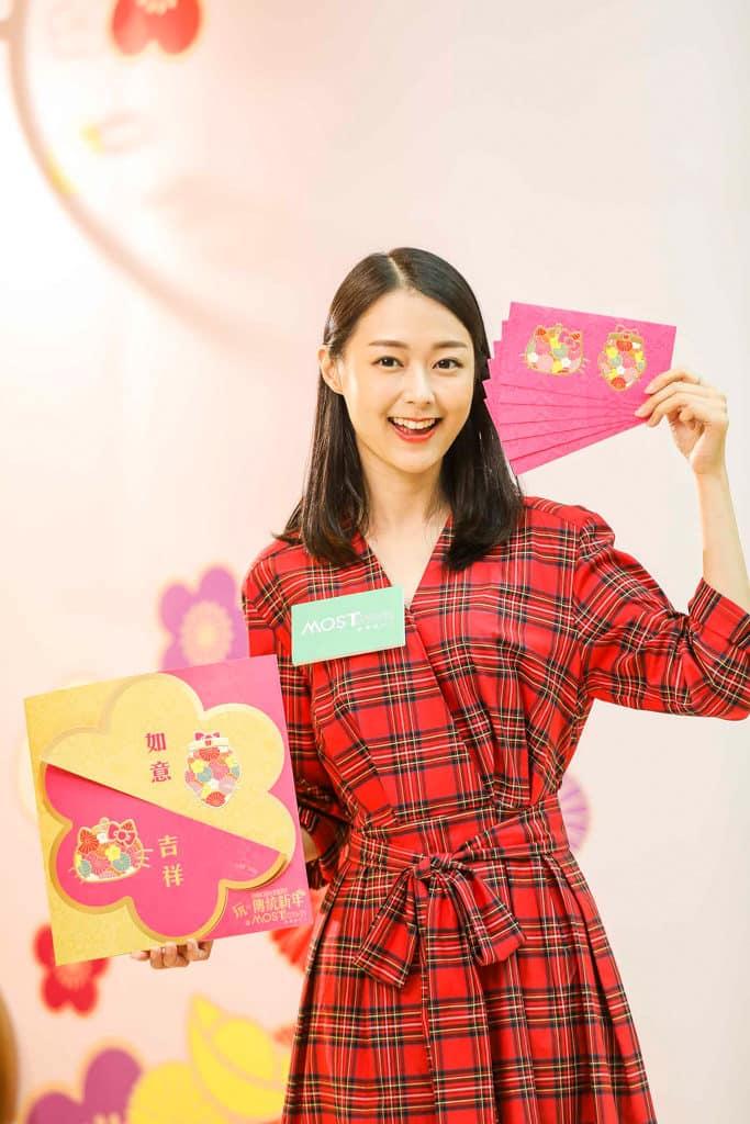 MosTown新港城中心:Hello Kitty×老夫子『玩』傳統新年 大吉吉蔘茸海味店 全球限量版利是封連賀年玻璃貼套裝