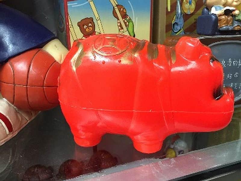 始創中心:福豬聚寶喜迎春-「豬」的外形珠圓玉潤、身軀豐腴如元寶,在中國傳統中往往象徵財富和福氣,於 60 年代香港自家製造的紅膠豬錢罌更是家家必備、廣受愛戴的儲蓄財富工具。