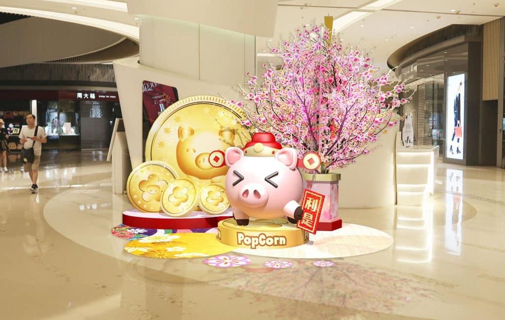 農曆新年2019|PopCorn商場:「朝氣勃勃.吉豬拱照」賀新年 商場地下一隻「財神豬」帶同金幣跟大家拜年。