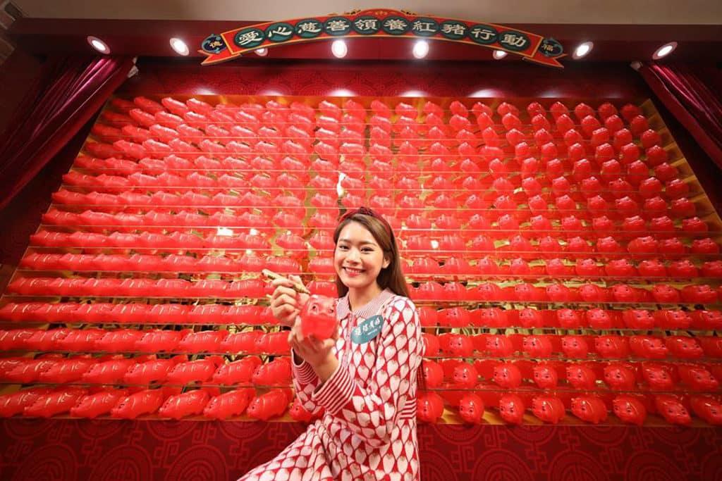 德福廣場:「至『紅』港式情懷」新春佈置 到來可「領養」絕版 6 吋錦興紅膠豬仔錢罌。
