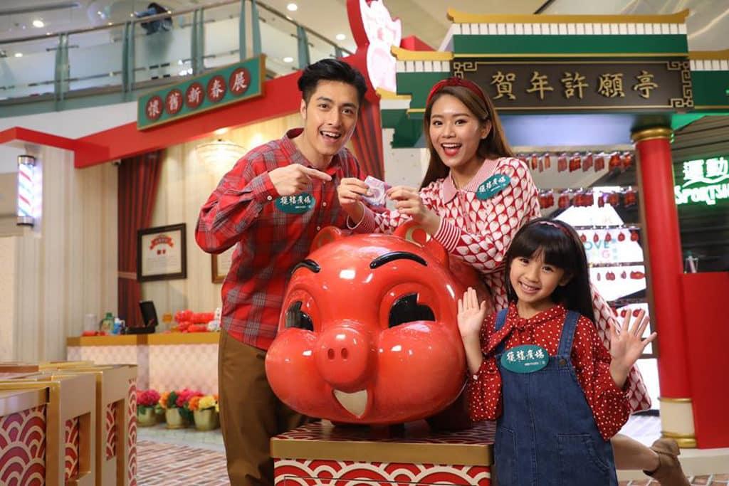 德福廣場:「至『紅』港式情懷」新春佈置 懷舊造型豬仔錢罌