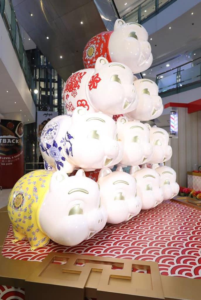 德福廣場:「至『紅』港式情懷」新春佈置 10 隻豬仔錢罌身上印上不同的香港懷舊特色圖案。