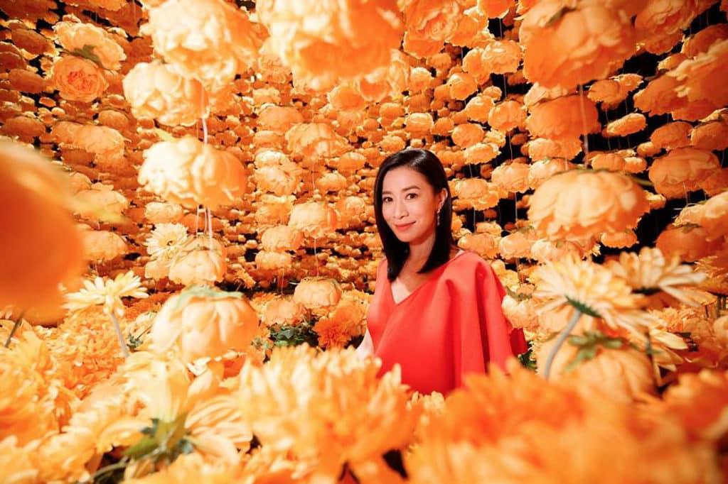 時代廣場:「新年與瑞獸同遊」展覽 「皇后娘娘」佘詩曼走進黃金花海,特顯高貴。