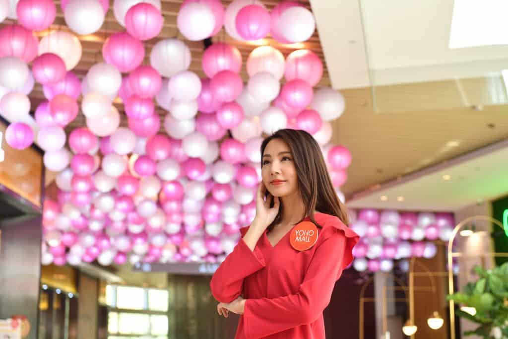 YOHO MALL:「甜蜜賀新春」室內年宵市場 YOHO MALL 中庭掛滿賀年擺設燈籠陣。