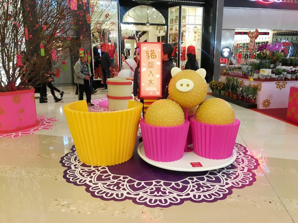 YOHO MALL:「甜蜜賀新春」室內年宵市場 YOHO MALL 中庭賀年將設有『豬籠入水』及『豬事大吉』大型擺設。