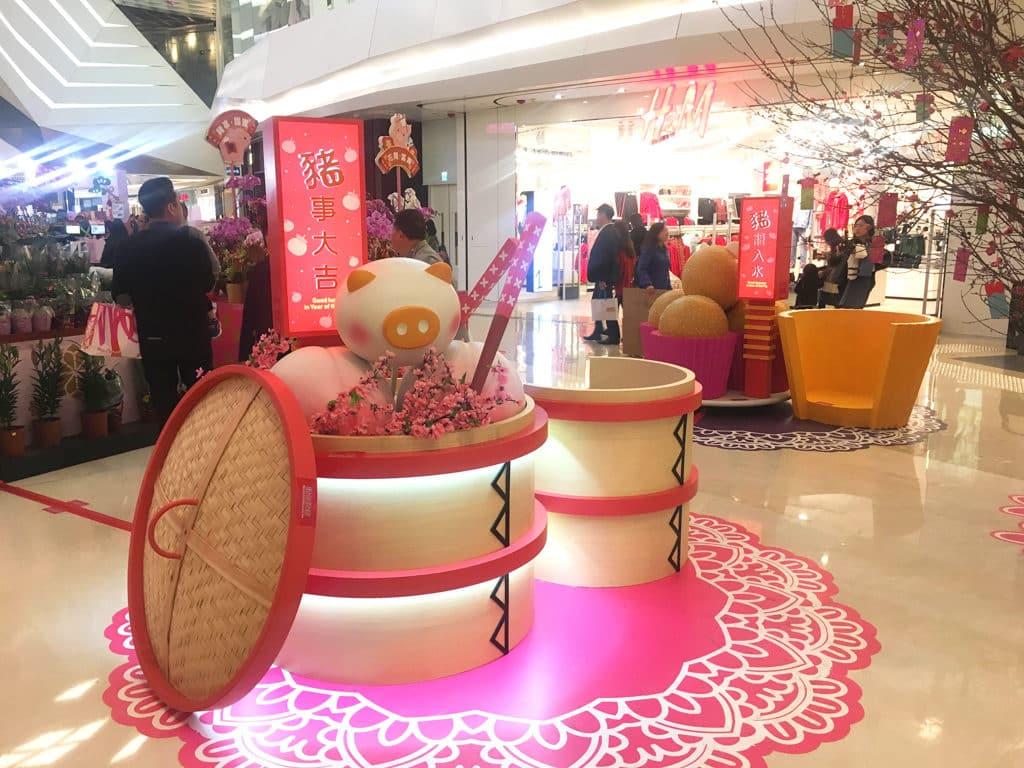 YOHO MALL:「甜蜜賀新春」室內年宵市場 可愛豬仔造型壽包的新春裝置
