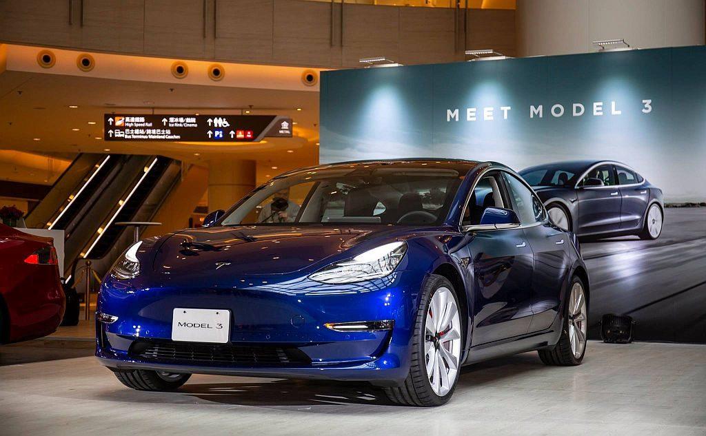 Tesla Model 3 外形跟 Model S 有幾分相像,惟車身線條卻更為流線。