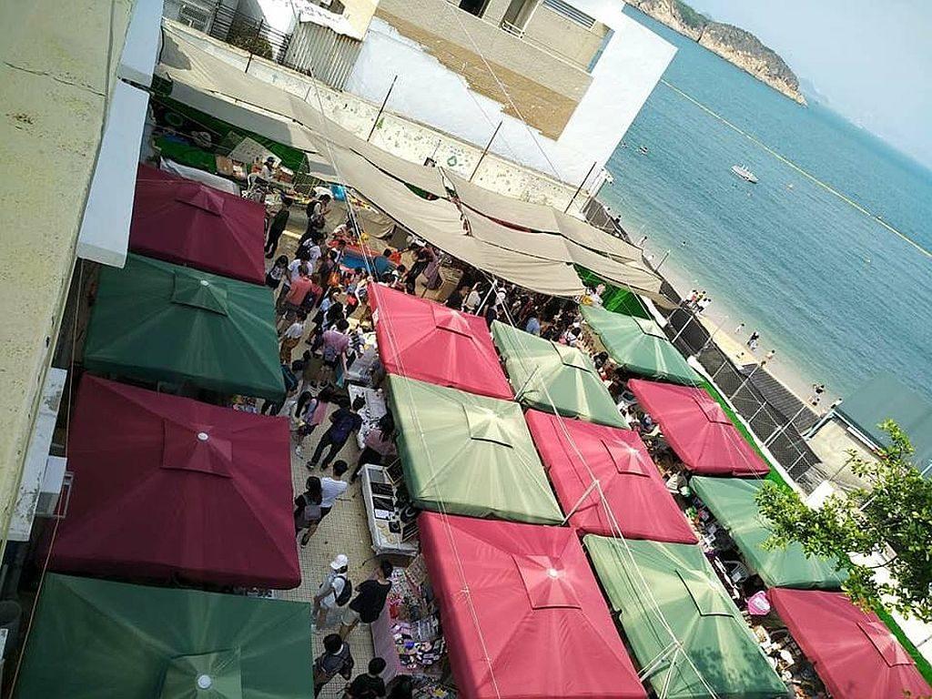 長洲市集坐落於長洲東灣沙灘旁,大家逛過市集後,還可走到沙灘漫步。