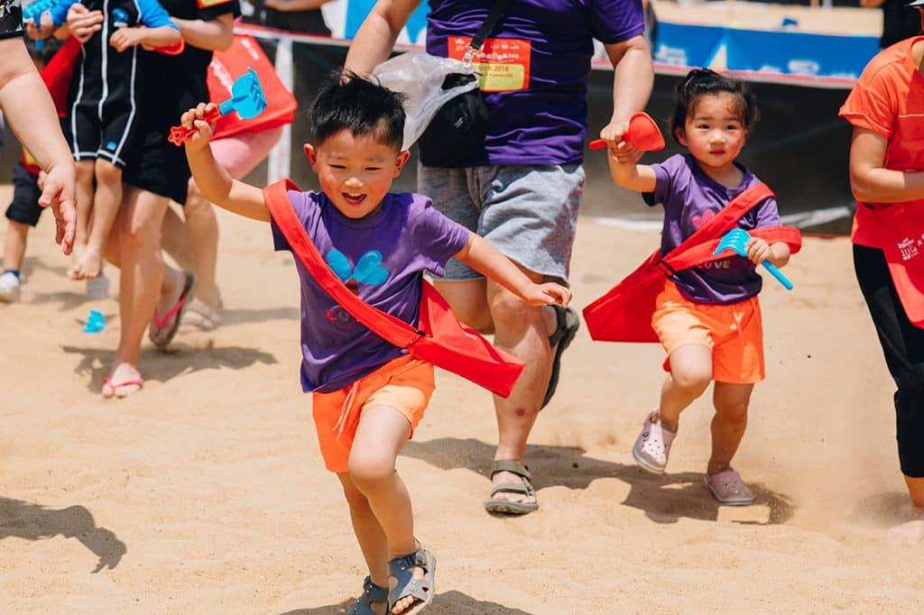 愉景灣沙灘獵蛋奇兵2019 家長可帶同 3 至 10 歲的小朋友來到大白灣沙灘掘蛋。