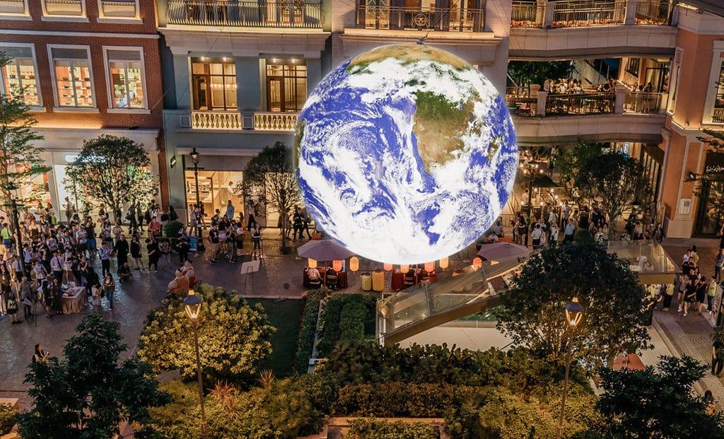 利東街及荃新天地:自轉地球藝術裝置 「Gaia」的大小為真實地球的 180 萬分之 1。