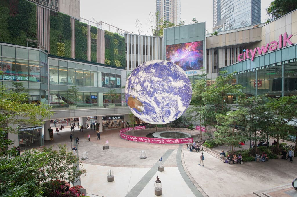 利東街及荃新天地:自轉地球藝術裝置 巨型「地球」藝術裝置將於 4 月降臨荃新天地。