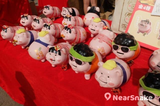 花墟年宵攤位「豬肥屋潤」-豬仔口吐金錢,財運自然滾滾而來。 (售價︰$138/隻)