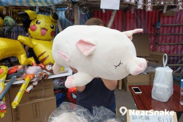 懶洋洋的趴地豬咕𠱸,抱著該很易進入夢鄉。 (售價︰$128)