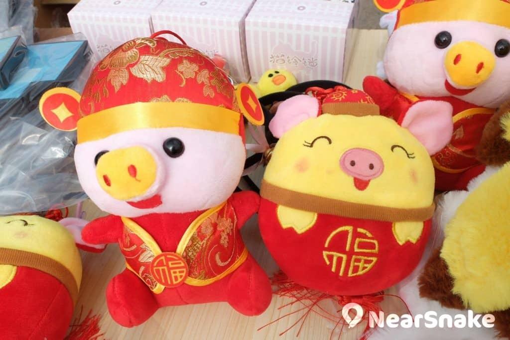 花墟年宵市場全場都是與豬相關的年宵貨品,但要找穿著紅衣的小豬還真的不容易。 (售價︰50/售)