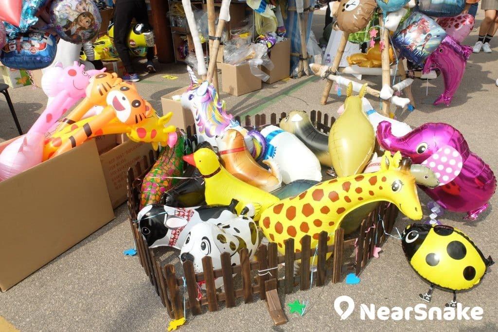 花墟年宵「家家有球」-若果圍欄內的動物氫氣球都不合閣下心意,還可向店主索取產品目錄,精挑細選。 (售價︰$35 - $238)