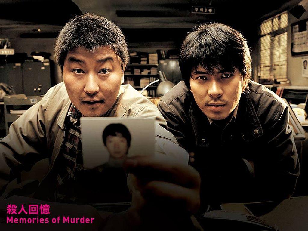 第43屆香港國際電影節-以驚悚懸疑風格打響名堂的奉俊昊,最新修復的成名作《殺人回憶》(2003)則被譽為韓國犯罪片經典。