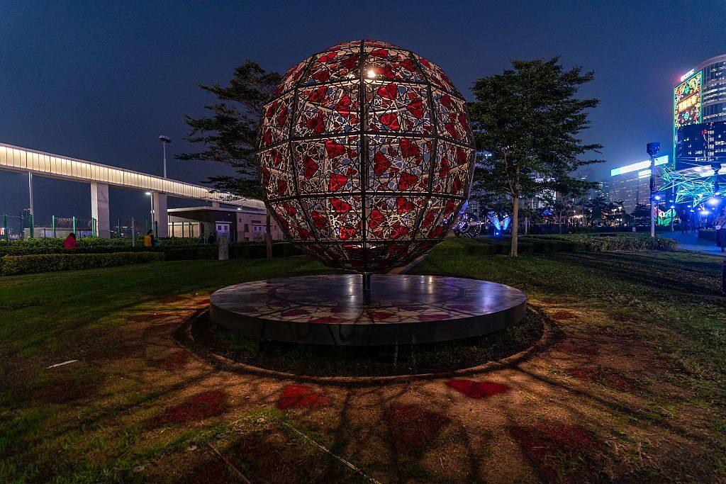 國際燈光藝術展-愛的幾何(築夢.社,香港):藝術品以球形呈現,將幾何圖案無限伸延。透明色片特顯設計,於晚間配合燈光烘托,讓愛閃閃生輝。