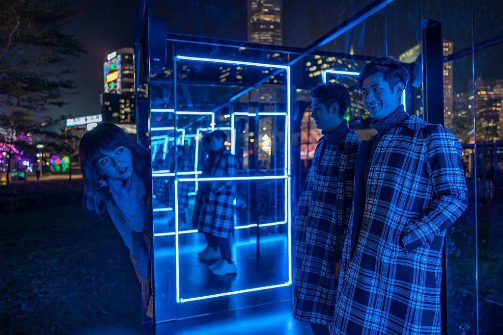 國際燈光藝術展-從現在開始我們就是一分鐘朋友(430 LTD,香港) :兩位互不相識的觀眾站在裝置中間,互相對望啟動感應器,LED 燈光及音樂裝置隨即開始一分鐘的互動體驗。