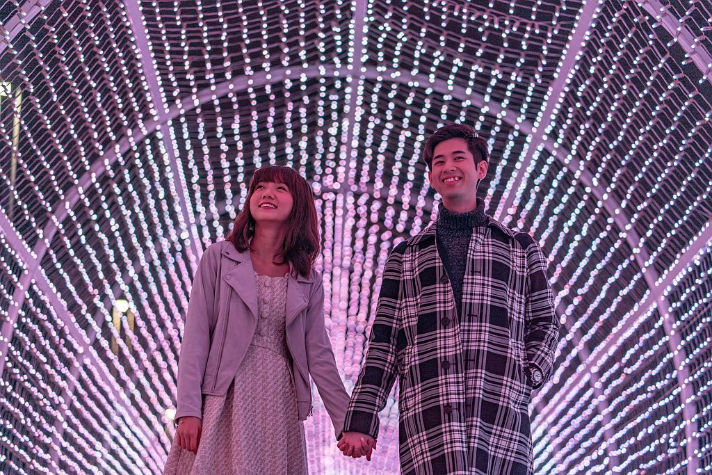 國際燈光藝術展-光影隧道:換上浪漫的粉紅色燈光效果,以走馬燈效果展示多個心形圖案。
