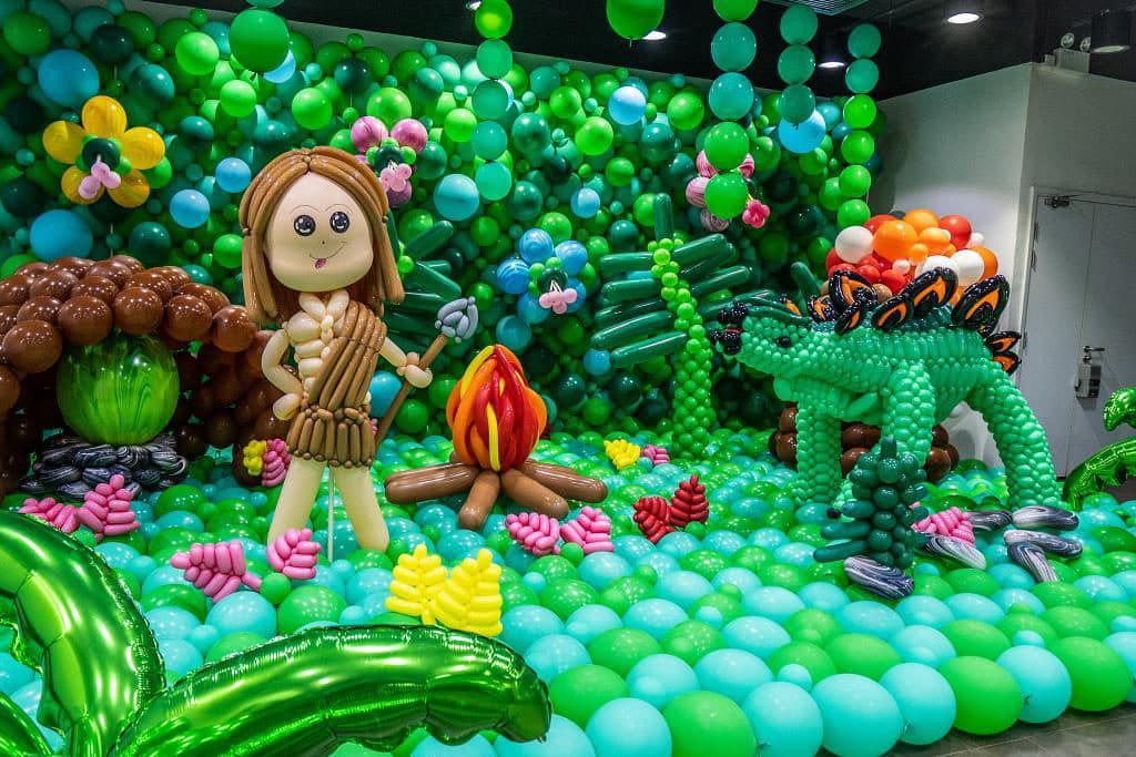 KCP九龍城廣場:「恐龍世界大冒險」氣球藝術展覽-劍龍與原始人場景