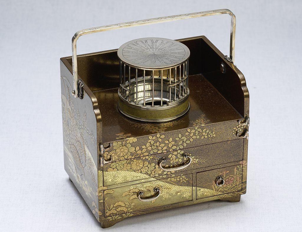 兩依藏展覽-煙草盆形硯箱(「寬哉」款):日本,明治時期,木胎蒔繪和銀,高 11.5 x 長 10.5 x 寬 8.6 公分。