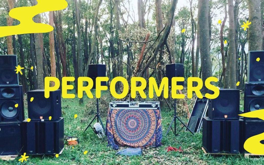 今次戶外週末市集特設多項表演節目,包括水晶球雜耍、戶外音樂表演、即場塗鴉表演、火舞表演、野外營火晚會等。
