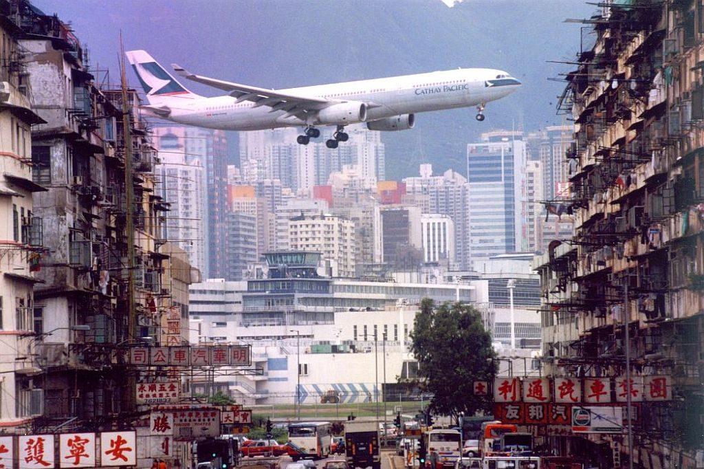 昔日啟德機場坐落於九龍城,航機升降幾與九龍城社區作息融為一體。