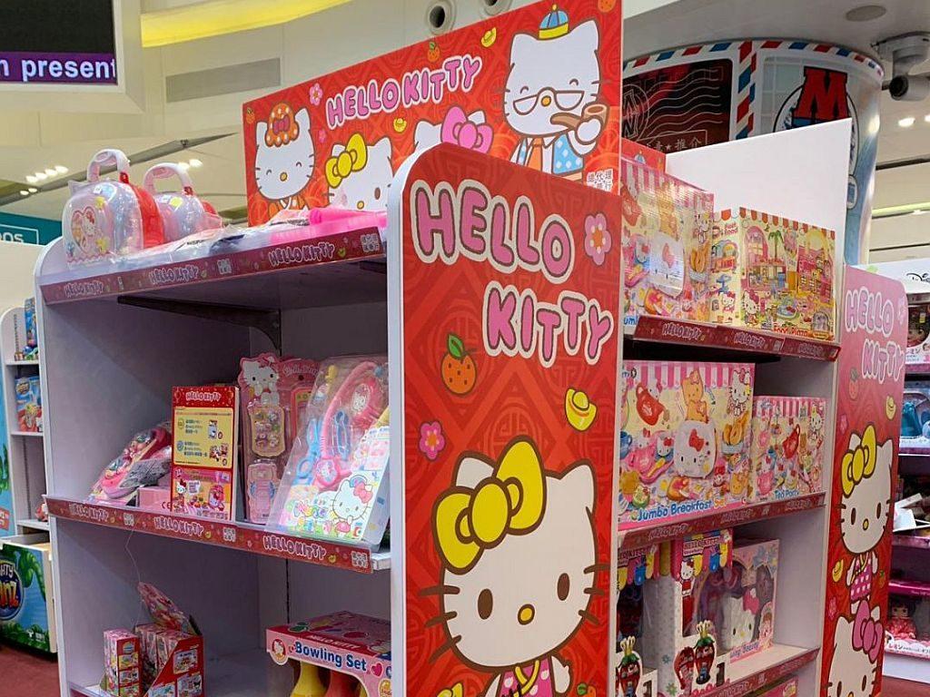 Mikiki一田玩具祭-凡購買任何瑞華行 Hello Kitty 玩具產品滿 HK$300,即可獲得Hello Kitty 童話系列糖果屋乙盒。凡購買指定瑞華行 Hello Kitty 廚房系列玩具產品,即可獲得 Hello Kitty Memo Pad 乙份。