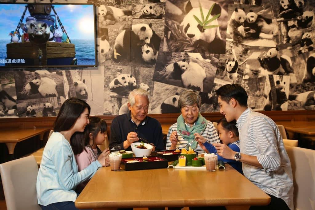 海洋公園「香港市民專屬長者同行優惠」 長者入場可獲餐飲及購物優惠券。