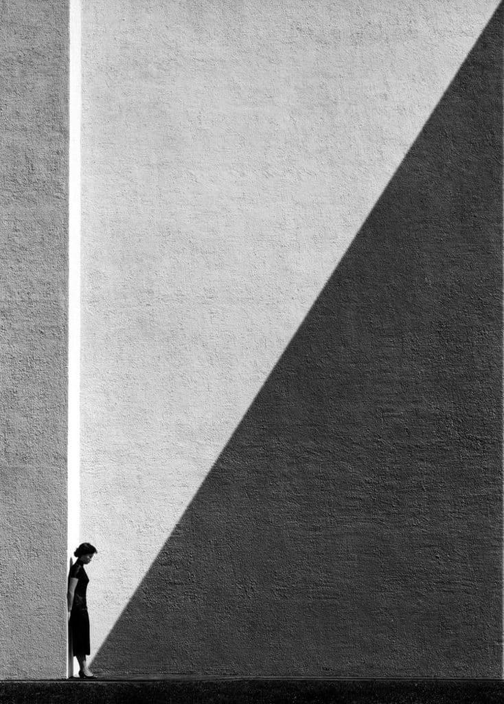 太平山:「念香港人的舊」何藩攝影展 黃昏時被太陽拉出細長斜影是何藩最愛的構圖元素之一。