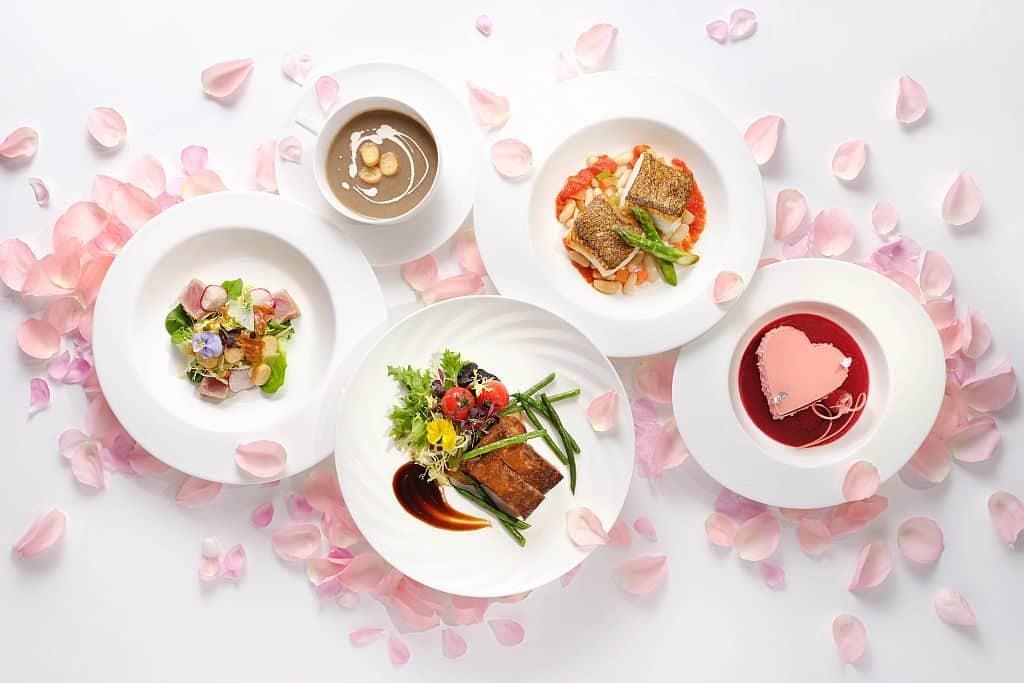 天際 100 餐廳為情侶精心準備的「粉紅蜜語」套餐,包括 Ruinart 香檳一瓶(375ml) 、士多啤梨、棉花糖及紫薯薯片。