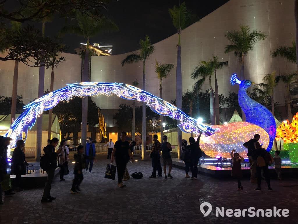 文化中心:市區元宵綵燈會 2019 文化中心外的綵燈裝置以孔雀為主題。