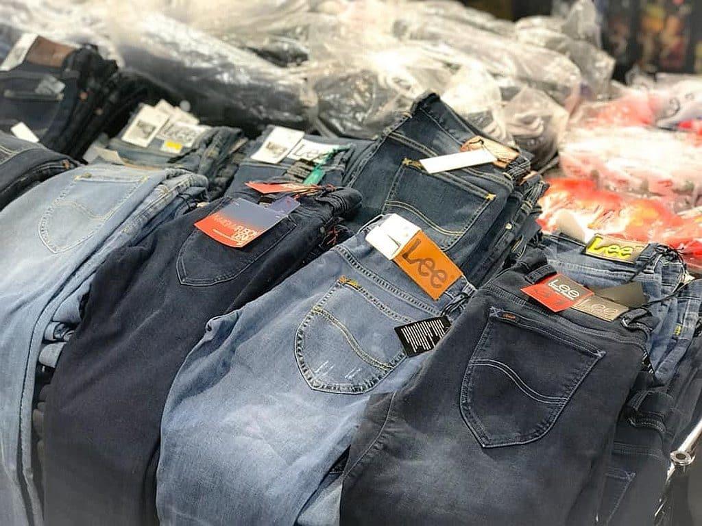 今期時代廣場特賣場有潮流便服及牛仔褲以開倉價展銷。