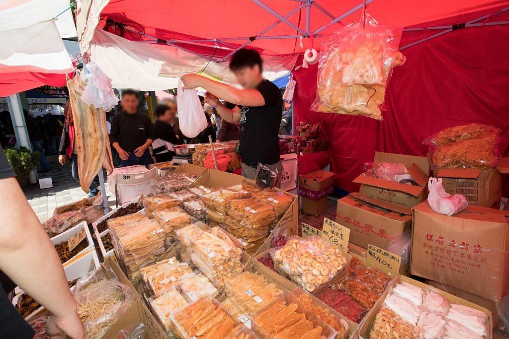 黃大仙繽紛美食墟會場雲集海味乾貨、糧油食品、糕點餅乾等市集攤檔。