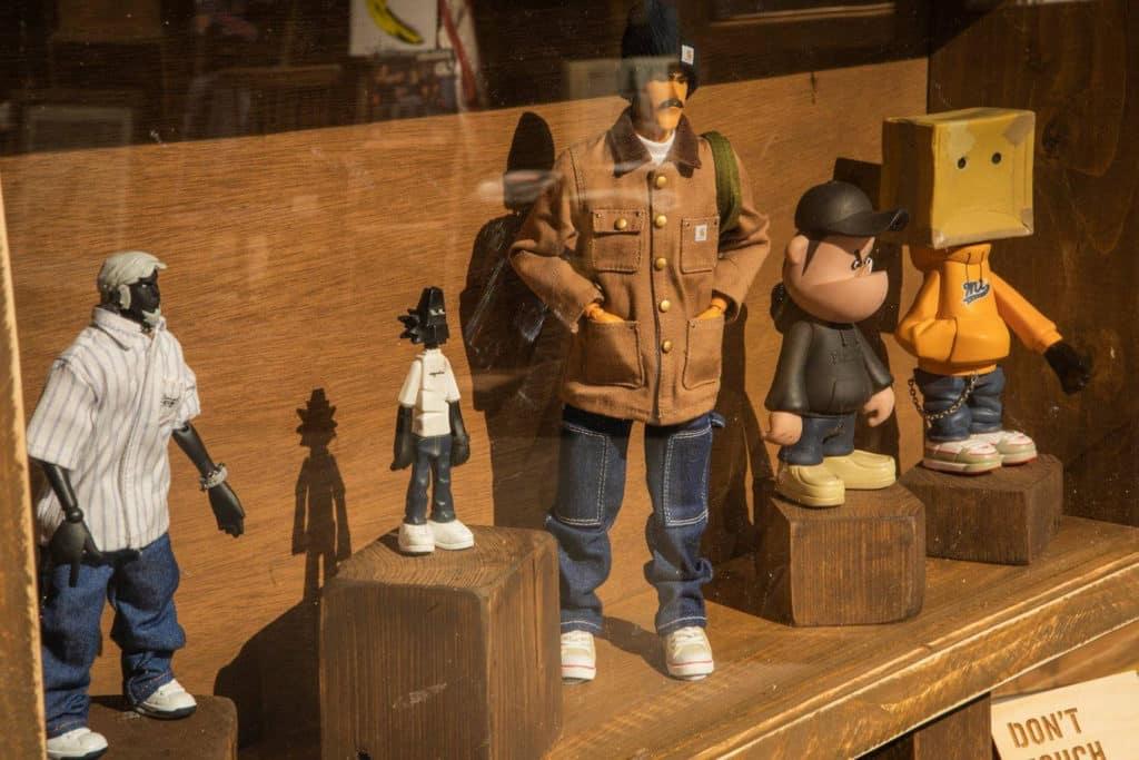 香港知專設計學院:DDDenim牛仔服的生活及文化時裝展覽 展覽亦有穿上牛仔褲的 Figure 公仔。