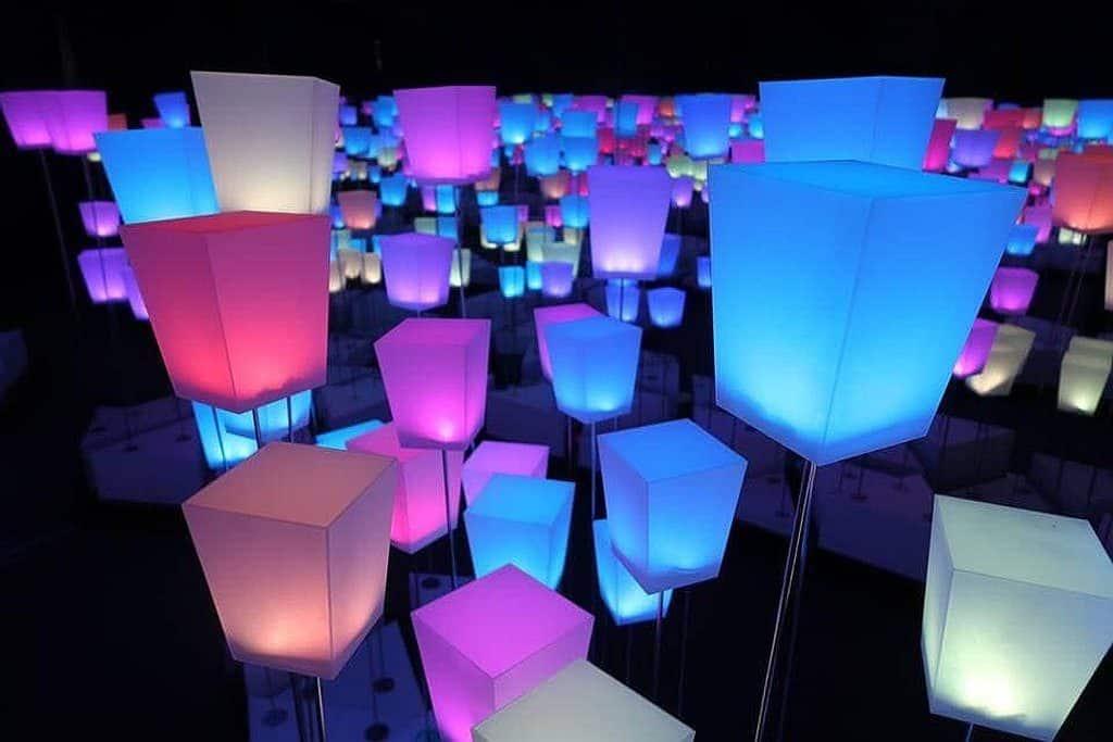 大家進入 ARTISANAL HUB 的第一個體驗區,便可發現四周佈滿彩色裝置,仿如彩色天燈海。