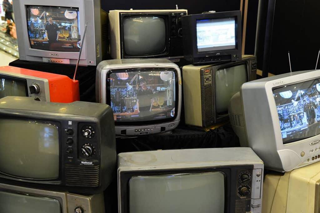 海港城:FRED PERRY x LCX 期間限定店POP UP 多部懷舊電視機播放著由數名本地次文化職人合拍而成的短片。