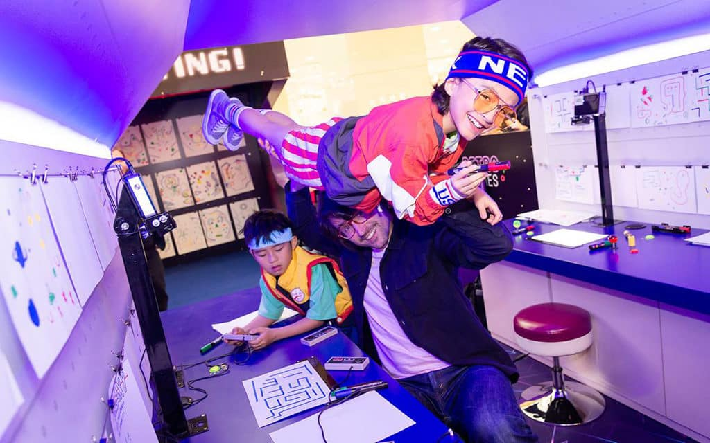 """海港城:The ART-CADE電「紙」遊戲機中心 """"The ART-CADE"""" 讓小朋友體驗與好友結伴於電子遊戲機中心遊玩的時光。"""