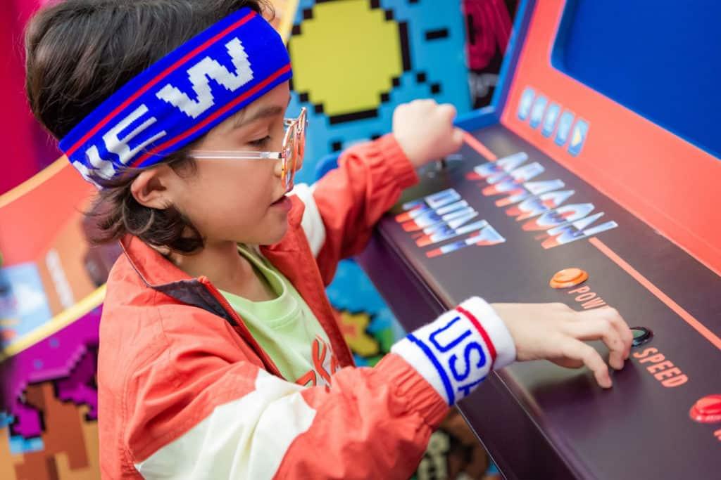海港城:The ART-CADE電「紙」遊戲機中心 小朋友可體驗傳統的電子遊戲機。