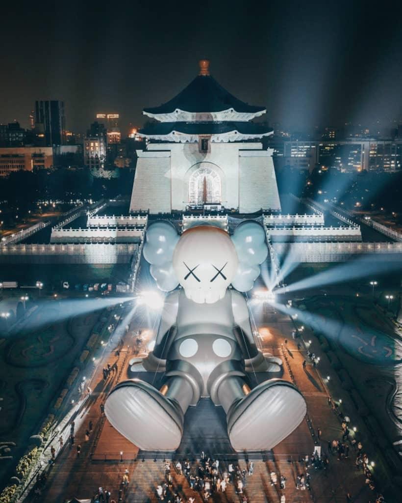 KAWS:HOLIDAY展覽香港站 2019 年 1 月到台灣中正紀念堂前「靜坐」。