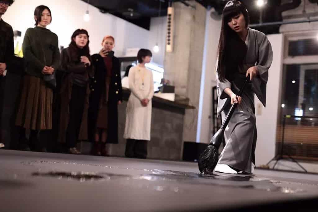 蘭桂坊活動:Savouring Art 2019 万美會現場展現「Calligraf2ity」書法表演。