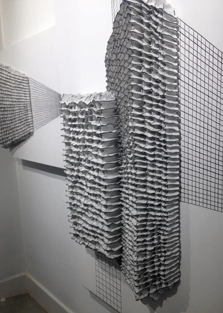 「無限」譚丹武個人作品展 藝術家彷彿用陶瓷創作富現代感的線條畫。