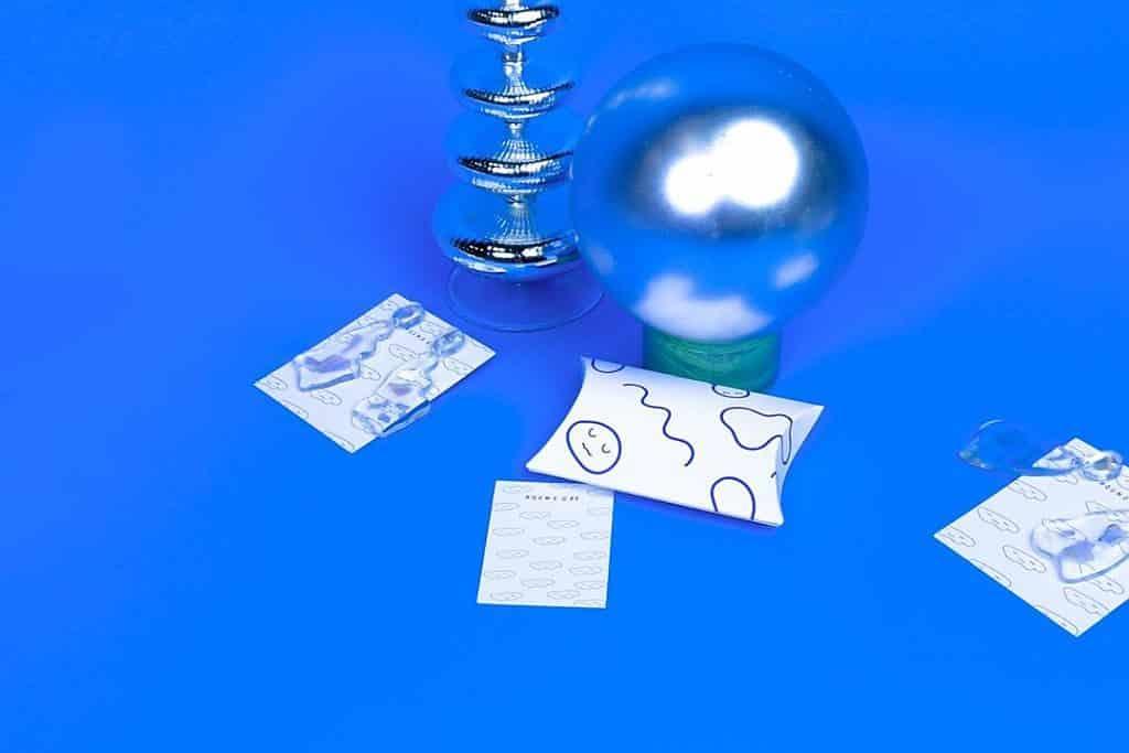南豐紗廠市集-織場製造-ROUND OFF (台灣):為手作飾品與物件的設計品牌,以透明樹脂作為主要媒材,將流動的物質封存在透明純粹的材質裡,於透射與閃爍的光澤下,呈現手工製作而成的不規則形體。