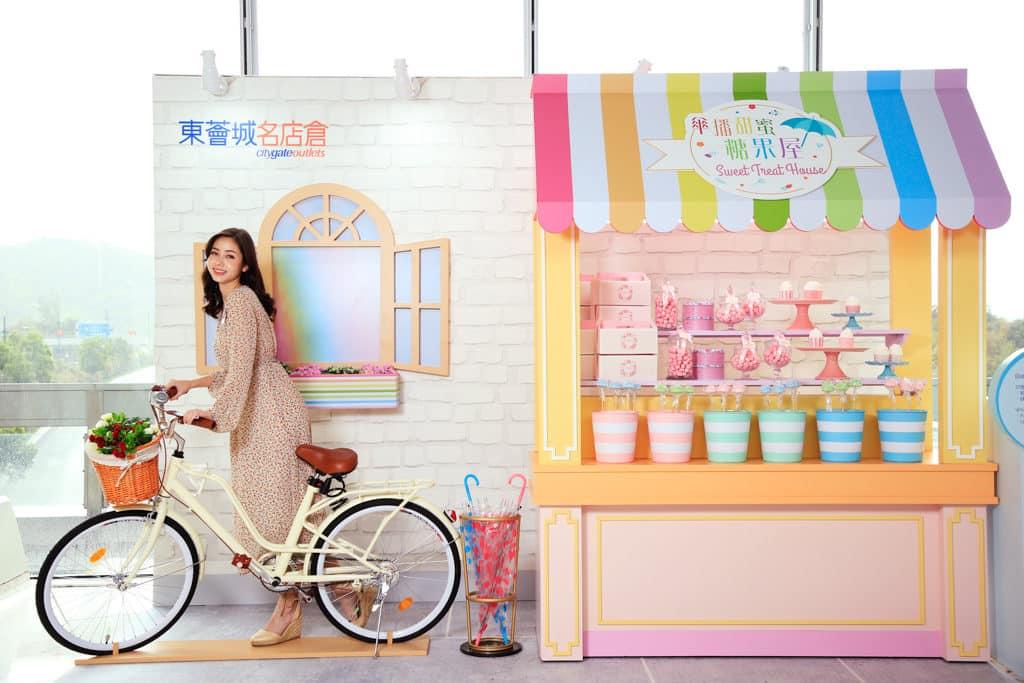 東薈城名店倉:春色傘樂處處雨傘藝術裝置 「傘播甜蜜糖果屋」會送出雨傘蛋糕棒棒糖。