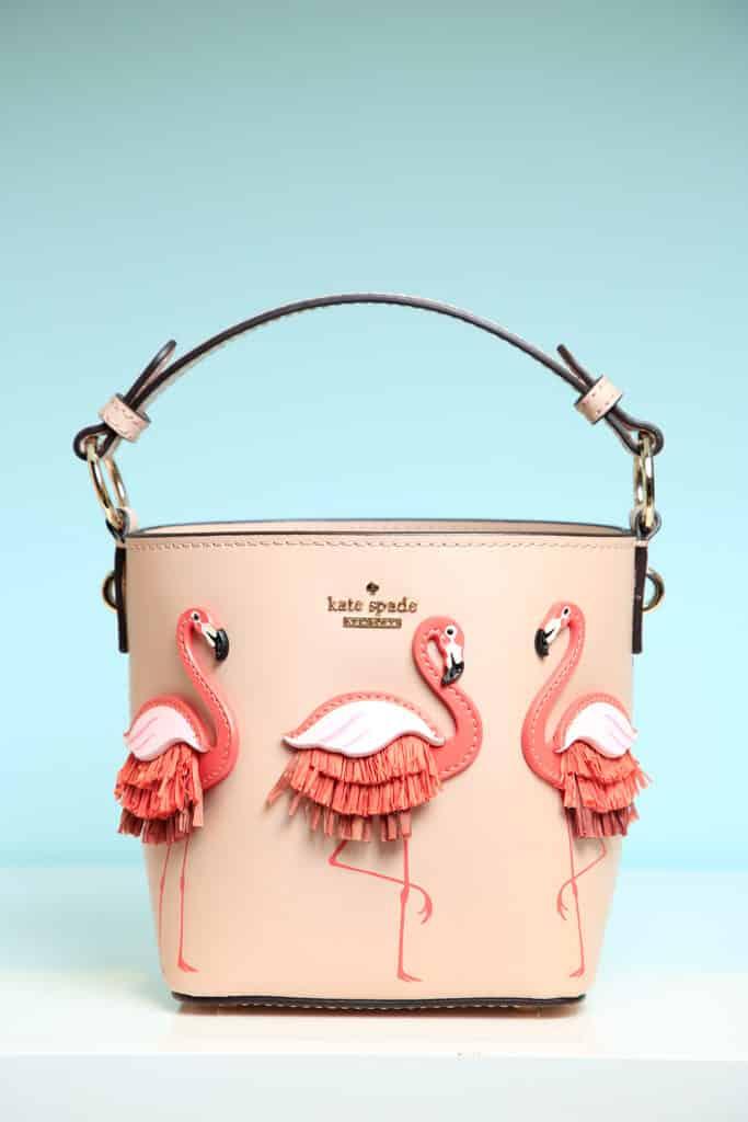 東薈城名店倉:春色傘樂處處雨傘藝術裝置 Kate Spade 的 By the Pool Flamingo Pippa 兩用袋提供六折優惠。