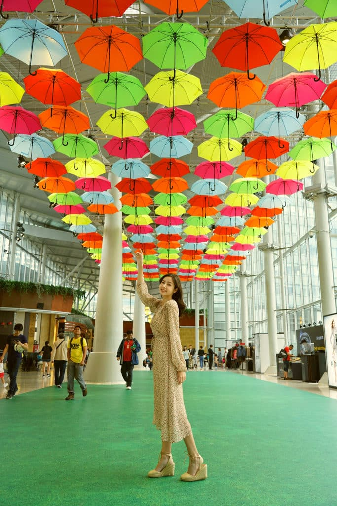 東薈城名店倉:春色傘樂處處雨傘藝術裝置 場內二樓天橋的半空高懸近 200 把雨傘。