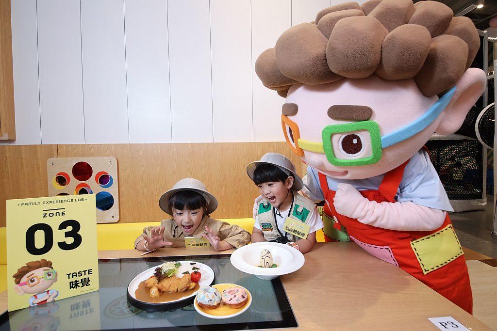 愉景新城恐龍體驗館-Donut Café 精心設計一系列期間限定的恐龍造型餐飲。