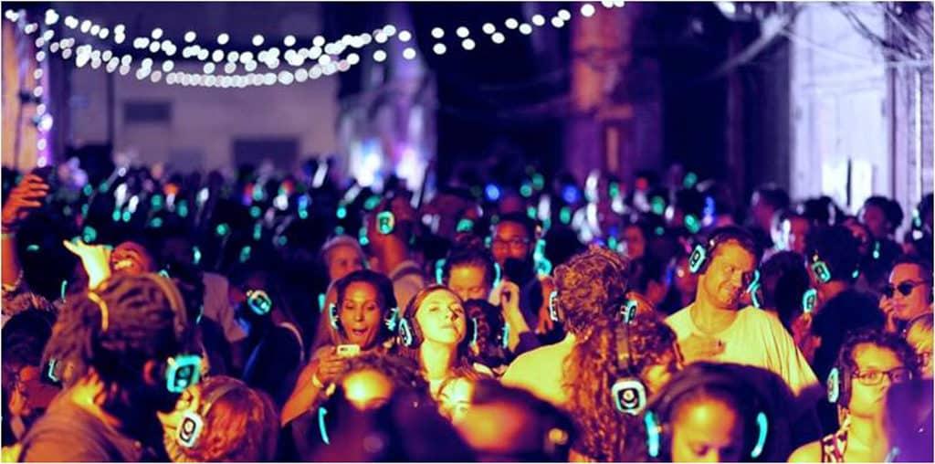 利東街活動:地球無聲音樂派對 參加者在 DJ 現場打碟下,體驗太空音樂之旅。